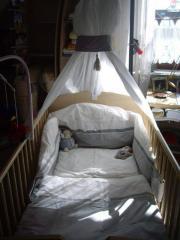 Babyzimmer, Bett, Regale,