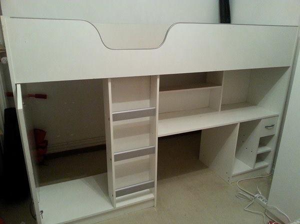 Ich verkaufe ein sehr praktisches und schönes weißes Hochbett mit