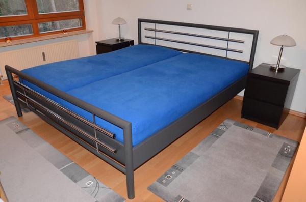 doppelbett mit lattenrosten matratzen und nachtk stchen in erlangen matratzen rost bettzeug. Black Bedroom Furniture Sets. Home Design Ideas