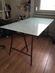 Glas-Schreibtisch wegen