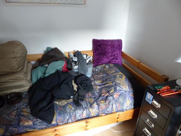 simba serie von mann mobilia kifernholz mit umrandung hinten dazu passend schrank und kommode. Black Bedroom Furniture Sets. Home Design Ideas