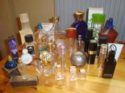 leere Parfümflaschen an