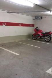 Neuwertiger Motorrad-Stellplatz