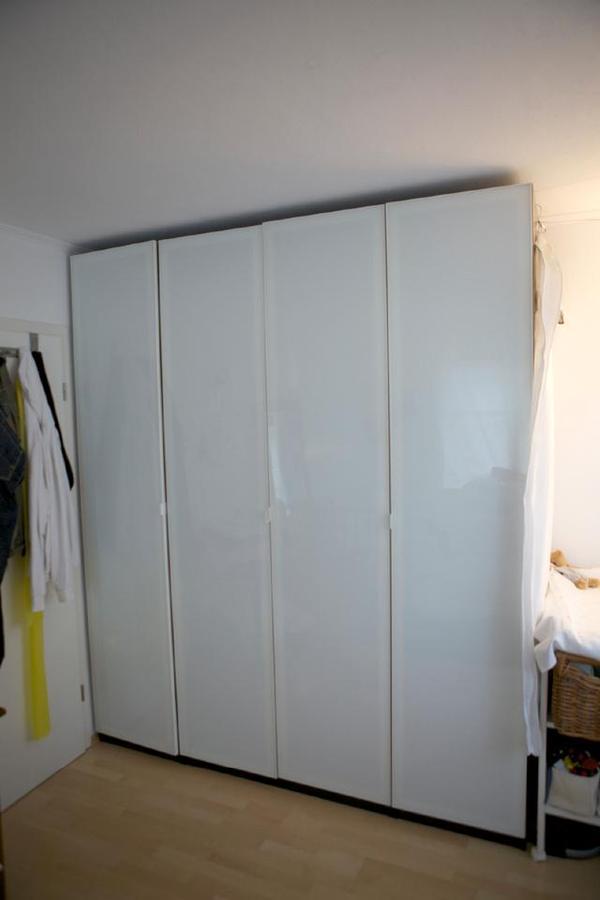 PAX Kleiderschrank 6 Monate alt - brauner Korpus, weiße Glastüren ...