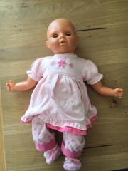 Puppe mit etwas