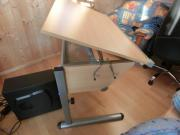 Schreibtisch mit Stuhl