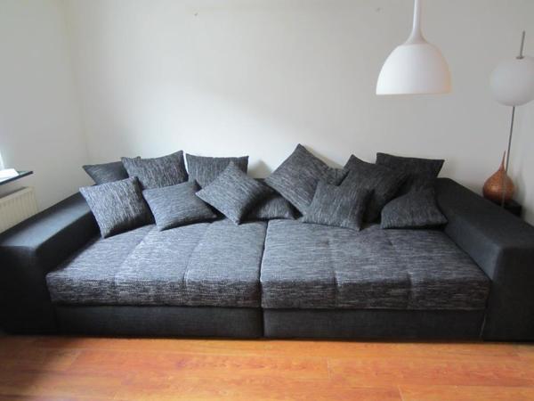 super couch zum relaxen und entspannen grauschwarz. Black Bedroom Furniture Sets. Home Design Ideas