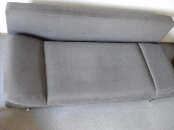 sofa mit schlaffunktion dunkel grau feste ware sitzfl che federkern f sse chrom 2 jahre alt. Black Bedroom Furniture Sets. Home Design Ideas
