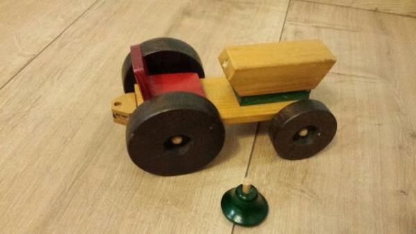 Spielzeug aus holz traktor mit anhänger