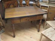 Tisch aus Nussholz