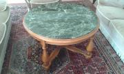 Tisch mit Marmorplatte