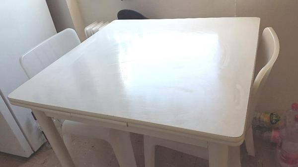 tisch mit zwei st hlen zu verkaufen guter zustand perfekt f r die k che oder paar preis eur. Black Bedroom Furniture Sets. Home Design Ideas