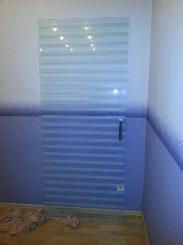 wir verschenken eine glasschiebet r mit rollen ohne. Black Bedroom Furniture Sets. Home Design Ideas