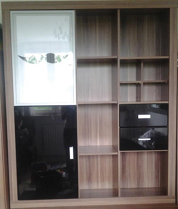 wohnwand mit dunklem holz und klavierlack bestehend aus eine gro en schrank mit verschiedenen. Black Bedroom Furniture Sets. Home Design Ideas