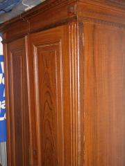 Alter Holzschrank mit 2 Keilen -