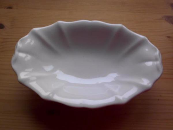 Antike Schale aus weißem Porzellan