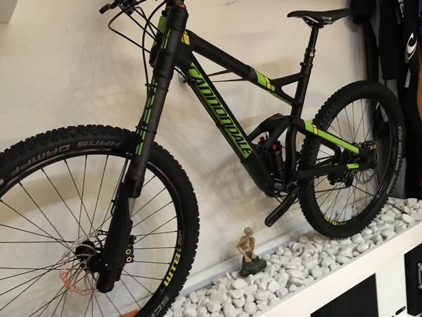 Bike Cannondale Jekyll Carbon - Amberg - Es befindet sich in einem sehr guten Zustand. Ein minimaler Kratzer am Ausfallende der Schwinge und Gabel. Muss man aber schon ganz genau hinsehen um sie zu erkennen.Cannondale gibt auf den Rahmen Lebenslange Garantie. Was will man also mehr.Rahm - Amberg