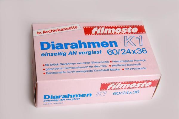 Diarahmen-Filmosto-K1-einseit- AN Anti Newto nverglast-24x36 in Archivkassette zum Kleben Nr. 360620 - Berching - Neuer ungebrauchter Artikel in OVP aus Lagerbestand, Packung evtl. leichte Abnutzungsspuren Diarahmen-Filmosto-K1-einseitig AN (Anti Newton) verglast (weiße Seite)-24x36 in Archivkassette zum Kleben Nr. 360620. Dadurch hervorragende Planlage!  - Berching