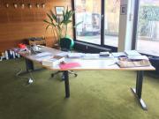großer Büro-Schreibtisch