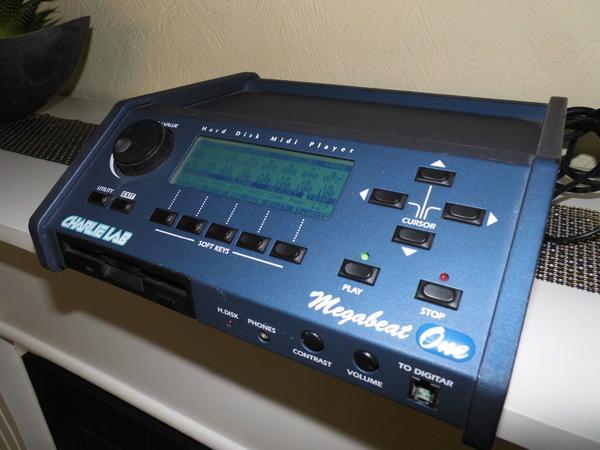 Hallo Alleinunterhalter ! Verkaufe meinen Charly Lab Midifile-Player - Mettmann - Verkaufe meinen Charly Lab Midifile-PlayerDas Gerät speichert bis zu 5000 Midifiles .Tempoänderung, transponieren alles möglichDas Gerät ist bei vielen Musikern bekannt.Nähere Infos über Google.Habe mir jetzt ein Roland Vima JM5 zugelegt - Mettmann