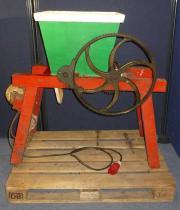 Historische Obstmühle Weinmühle mit Elektromotor