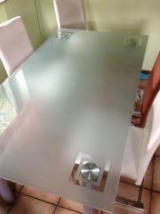 Mattierter Glastisch