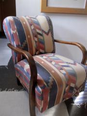 Originaler alter Sessel mit Holzarmlehnen