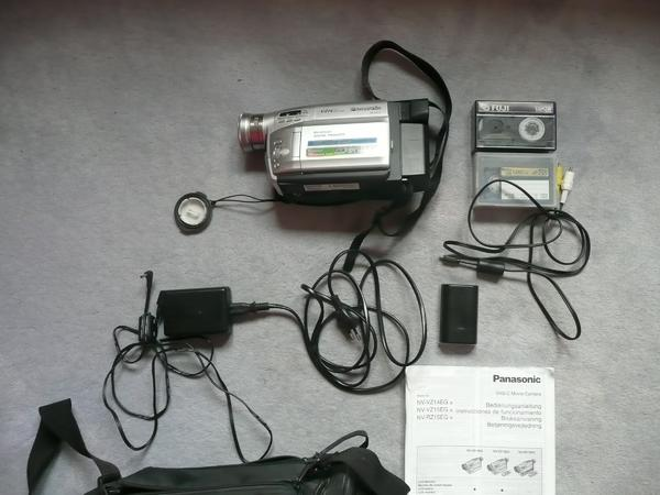 Panasonic Camera VHS-C NV-VZ14 - Bruchsal - Panasonic Camera VHS-C NV-VZ1418 fach optischer Zoom, 700 x Didital ZoomBedienungsanleitung Camera NV-VZ14Vivanco Camcordertasche1 Panasonic Aku CGRV14 7,2 V 1400 mAh 1 Panasonic Aku CGR-V620 7,2 V 2600 mAh Type 31 Ladegerät Panasonic Nr. VSK  - Bruchsal