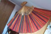 Riesiger Fächer mit roter Bespannung