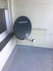 Satellitenschüssel mit Halterung