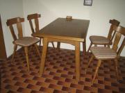 Tisch, Stühle, Regale