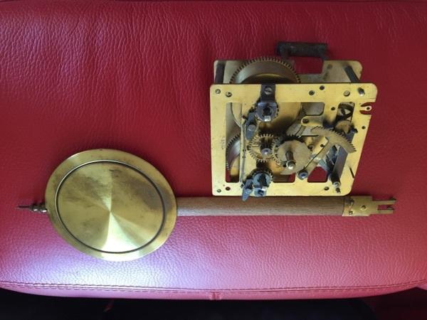Uhrwerk aus altem Regulator zerlegt - Starnberg - Uhrwerk aus altem Regulator zerlegt mit Pendel und Zifferblatt, an Bastler als Ersatzteileträger ? 10 x 9,5 x 4 cm - Starnberg