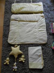 Wunderschöne Baby-Ausstattung Farbe gelb von