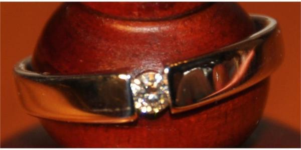 Wunderschöner Solitaire Brilliantring neuwertig Ring Gold Brilliant Schmuck Edelmetall Silber Design - Waldbronn - Biete hier ein wunderschönes Geschenk für die Liebste. Weissgoldring 585 mit einem Brilliant lupenrein, 0.100ct, Ringweite 58, fabrikneuer Zustand mit Zertifikat. Neupreis 399,00 Euro. Anschauen, zufrieden und überzeugt sein.(CHRIST Solitai - Waldbronn