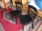 zwei schwarze Thonet-Stühle